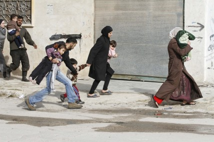 Syrian civilians flee from approaching army tanks